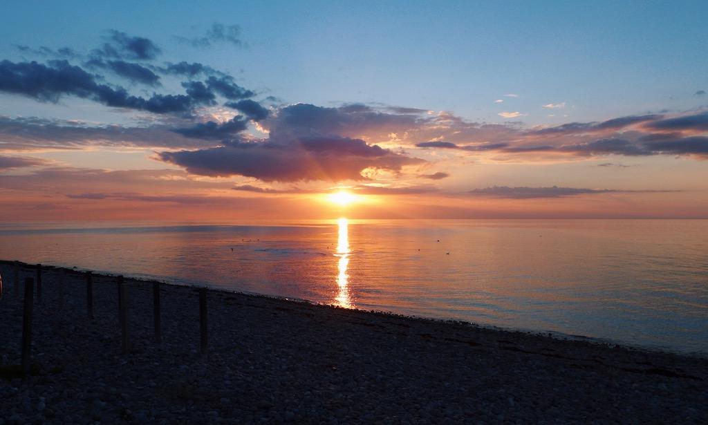 Wunderschöner Sonnenuntergang am Udshold Strand in Dänemark