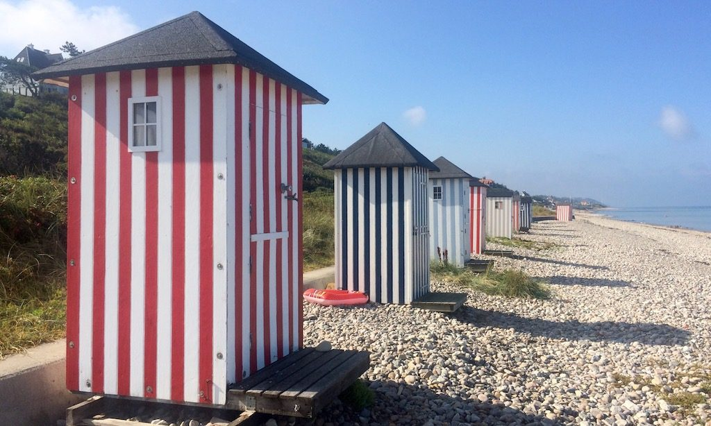 Weißgestreifte Badehäuser in Dänemark. Diese stehen in Ragaleje.