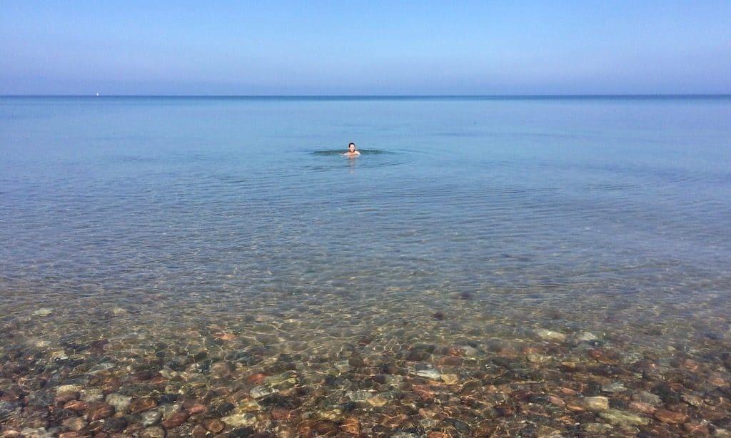 Ein Frau badet in der Ostsee, Nordseeland, Dänemark