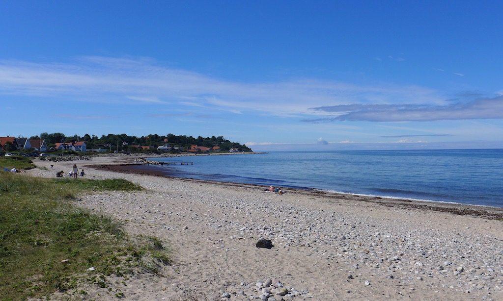 Strand und See bei blauem Himmel, Gilleleje Veststrand