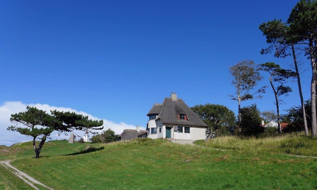 Das Knud Rasmussens Haus in Hundested bei blauem wolkenlosen Himmel.  Ein tolles Ausflugsziel in Nordseeland