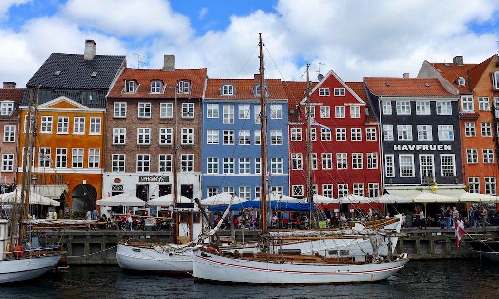 Nyhavn -  Hier seht ihr die bunte Häuserfront und ein Segelboote am Nyhavn in Kopenhagen