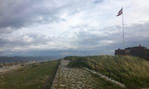 Küstenabschnitt in Helsingor an der Öresund. Ein dänische Flagge ist zu sehen. Endlich Urlaub in Dänemark