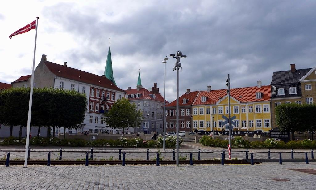 Die Stadt Helsingor mit einem schönen Vorplatz