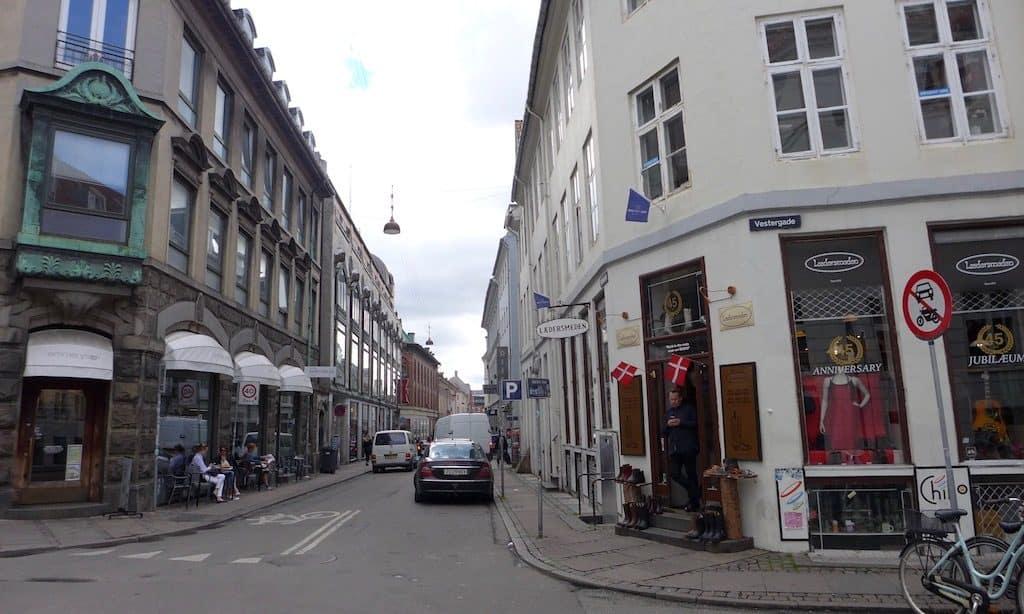 Kopenhagen Vestergade. Straße mit vielen kleinen Cafés und Geschäften