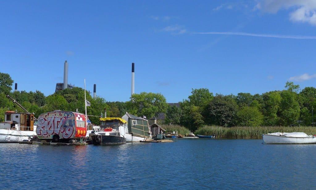 Bootstour Kopenhagen Blick auf Christiania mit Wohnwagen auf dem Wasser