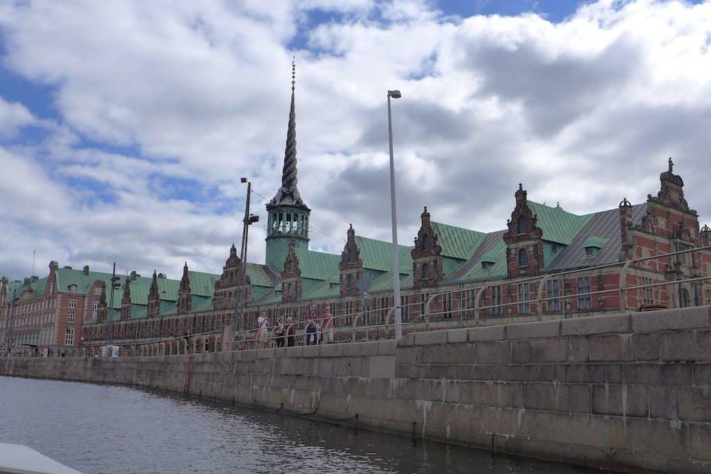 Boots- und Kanaltour Kopenhagen Blick auf das Börsengebäude