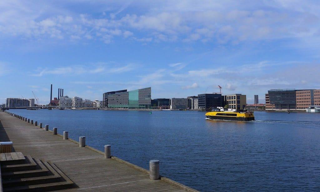 Sydhavnen Kopenhagen bei blauem Himmel