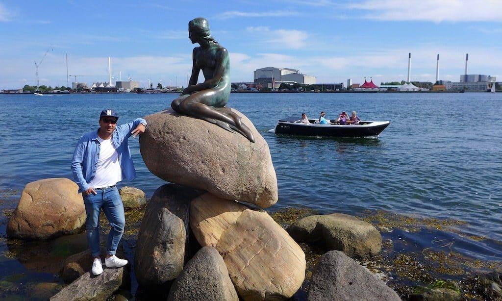 Cooler lässiger Dude lässt sich mit der kleinen Meerjungfrau fotografieren