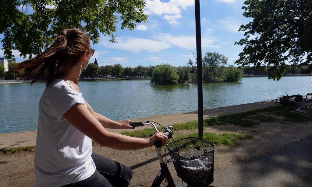 Ein Frau radelt an den Kopenhagener Seen entlang