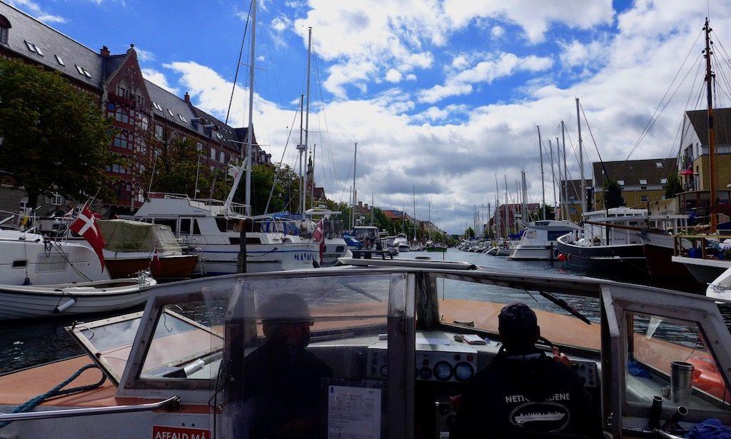 Auf dem Boot durch die Kanäle von Christianshavn in Kopenhagen