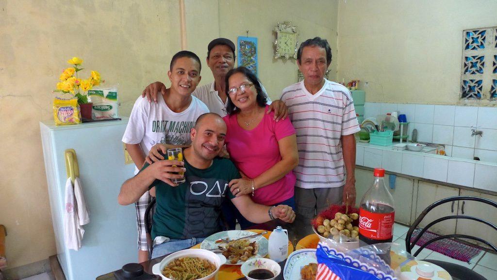 Deutsch-Philippino mit seiner Familie in Cardona