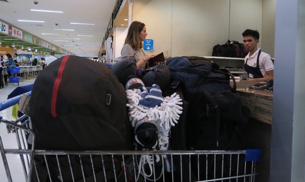 Einkaufswagen voller Gepäck