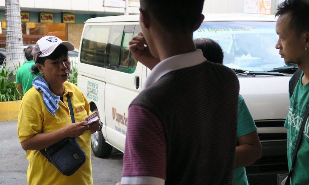 Menschen an der Van-Station in Manila bei der SM-Megamall