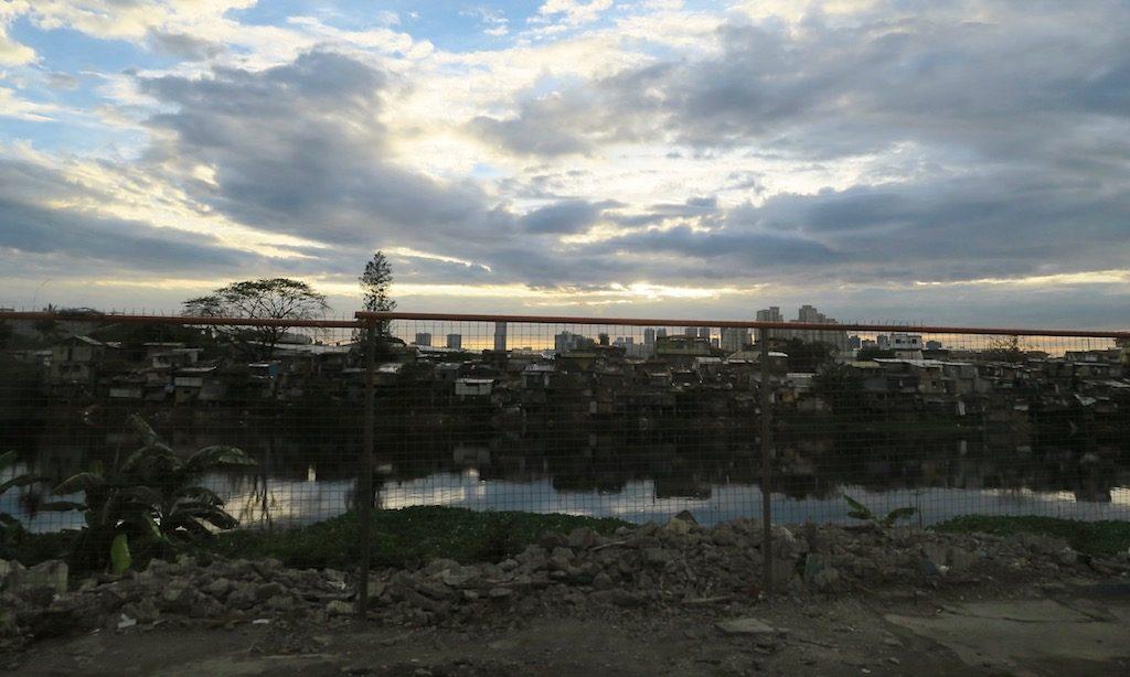 Randgebiet in Manila und Blick in die Slum