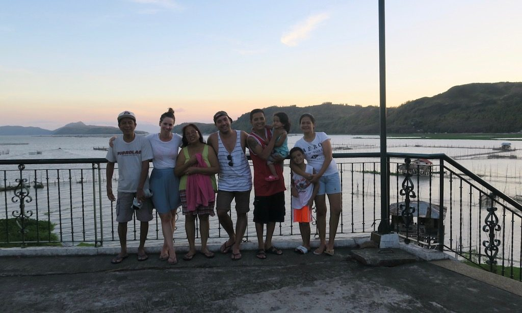Familienfoto am Kuhala Bay Resort mit dem Laguna de Bay im Hintergrund