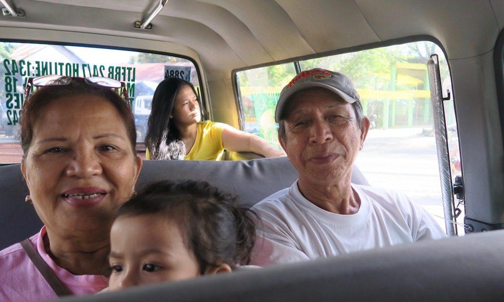 Philippinische Familie im Van