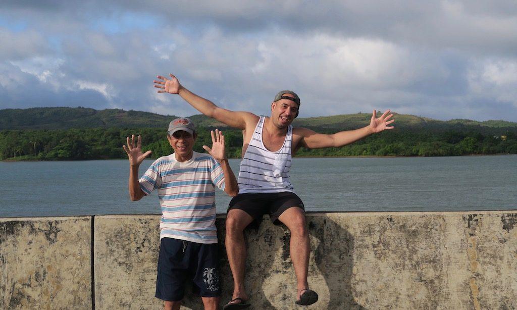 2 Männer am Caliraya Lake haben Spass