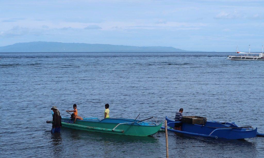 Fischerboote und Fischer in Dumaguete
