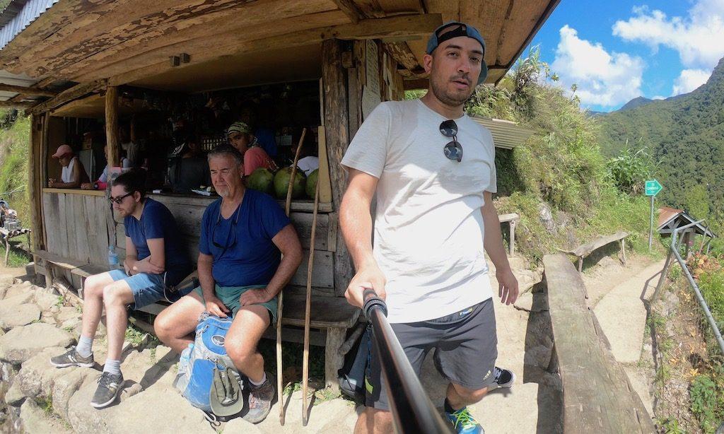 Ein Kiosk mit Touristen davor am Amphitheater von Batad