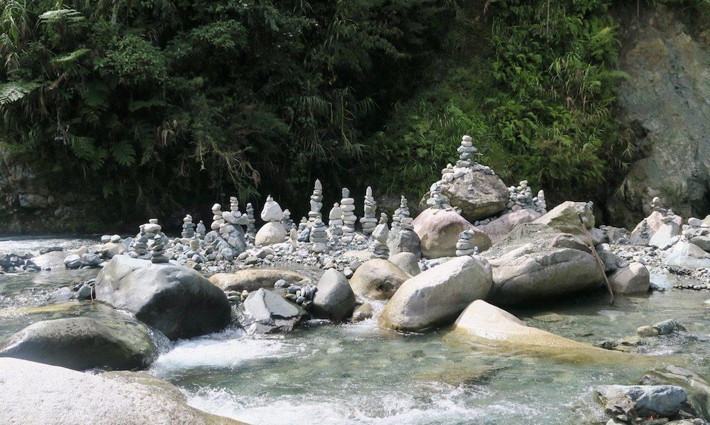 Steinbaken neben dem Fluss bei den Hot Springs in Hapao
