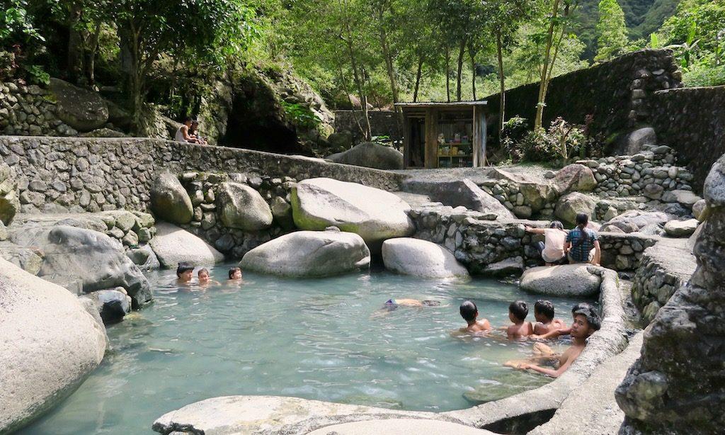 Einheimische baden in den Hot Springs von Hapao