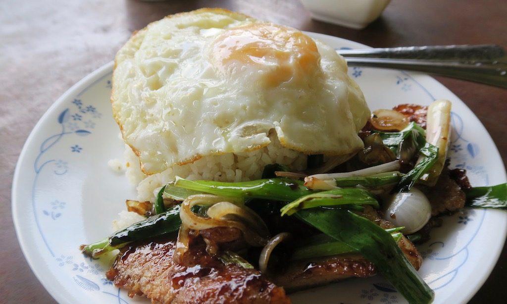Philippinisches Frühstück. Reis, Fleisch, Ei und etwas Grünzeug