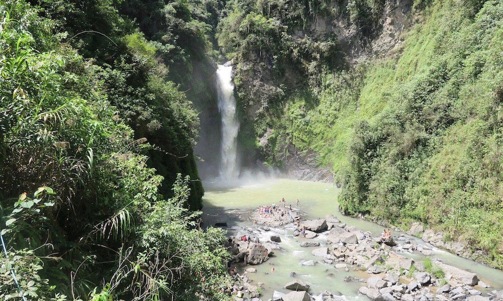 Ein großer Wasserfall, die Tappiyah Falls auf den Philippinen