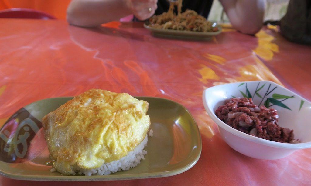 Corned Beef mit Reis und einem Omelett