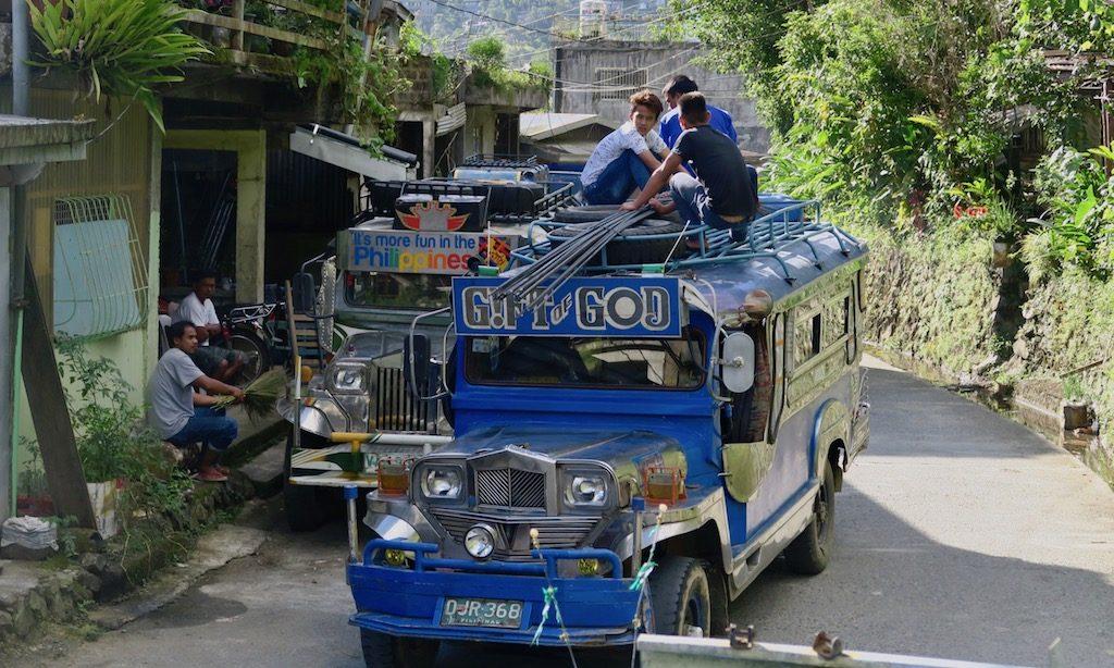 Einheimische Transportieren Baumaterial auf einem Jeepney