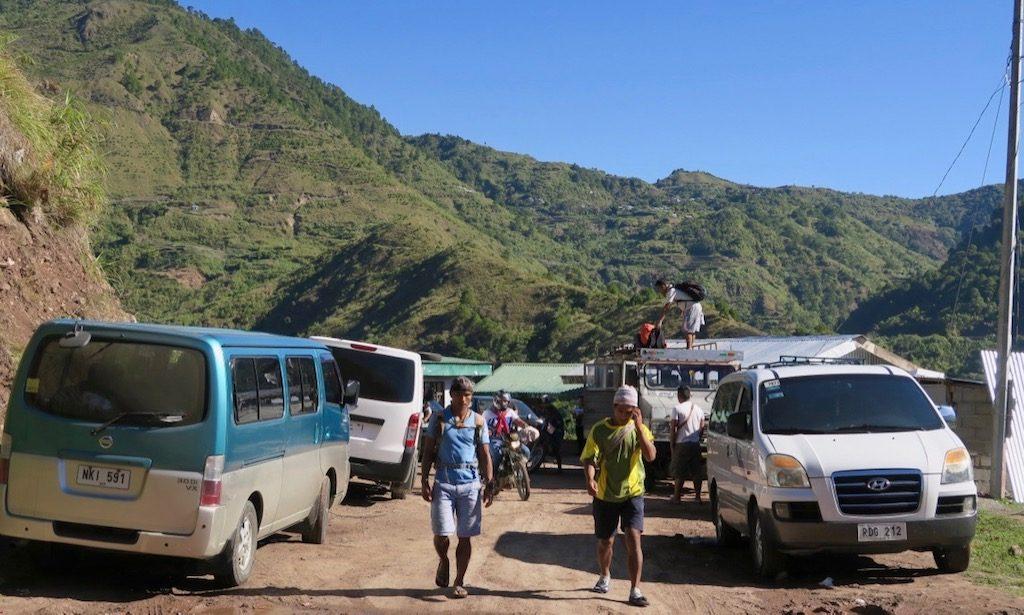 Parkplatz des Buscalan-Dorfes mit einheimischen und Vans