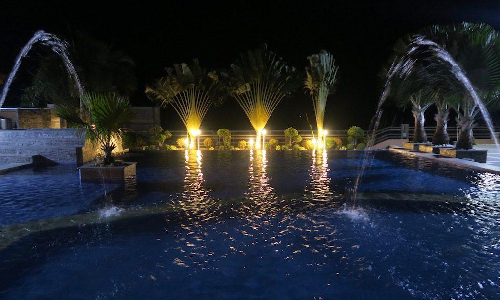 Der beleuchtete Pool vom Japi Hotel