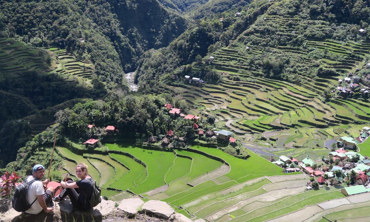 2 Pärchen chillt am Amphitheater Batad mit Blick in das Tal.