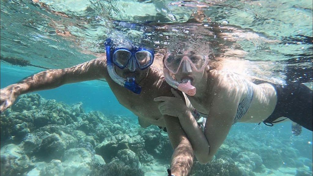 Schorchelselfie von Bendja und Maus und Frau Unterwasser in Ronda, Cebu
