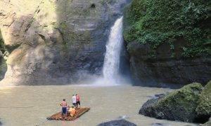 Die Pagsanjan Falls mit einem Floss