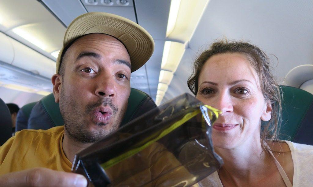 Deutsches Paar freut sich über den gewonnenen Preis beim Flugzeug Quiz der Cebu Pacific Airline