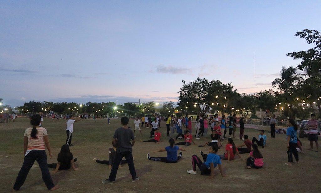 Philippinos machen Sport auf einer Rasenfläche in Nasa beim Boardwalk