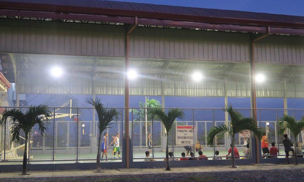 Basketballplatz beleuchtet am Boardwalk in Naga