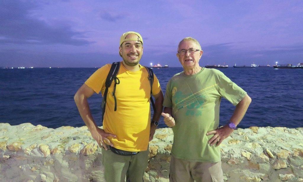 Vater und Sohn aus Deutschland am Boardwalk von Naga