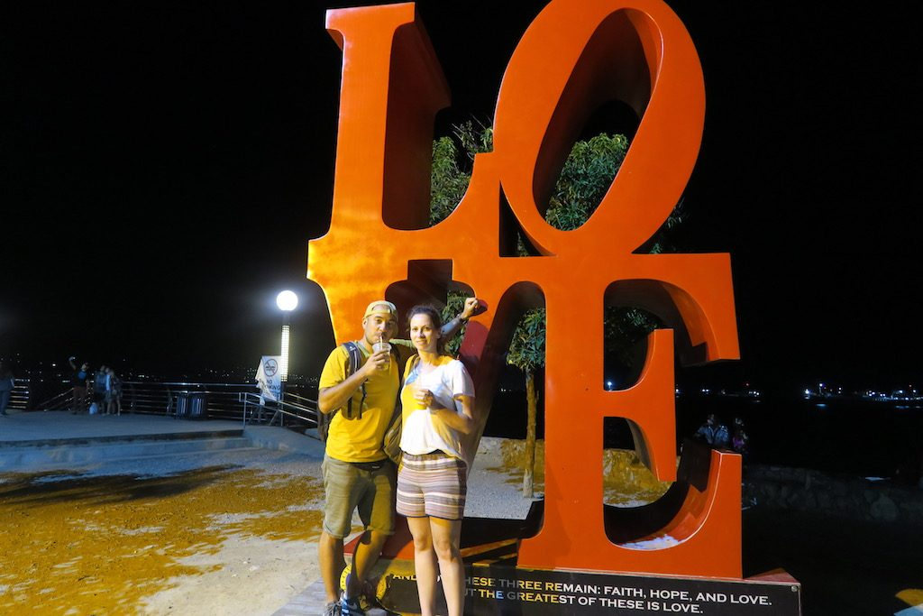 Deutsches Pärchen vor der Love Skulptur in Naga City, Cebu