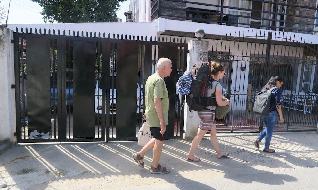 1 Deutscher Rentner, 1 Deutsche Backpackerin und eine kleine Philippina gehen durch die Straßen