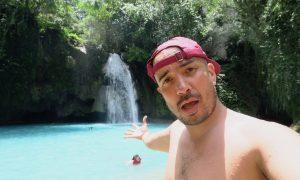 Ein coole dude mit weinroter Cap präsentiert die Kawasan Falls