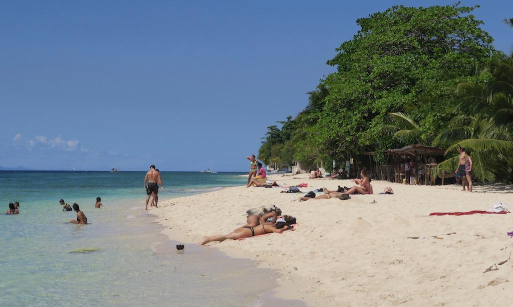 Badegäste, weißer Strand, blaues Meer, der White Beach in Moalboal