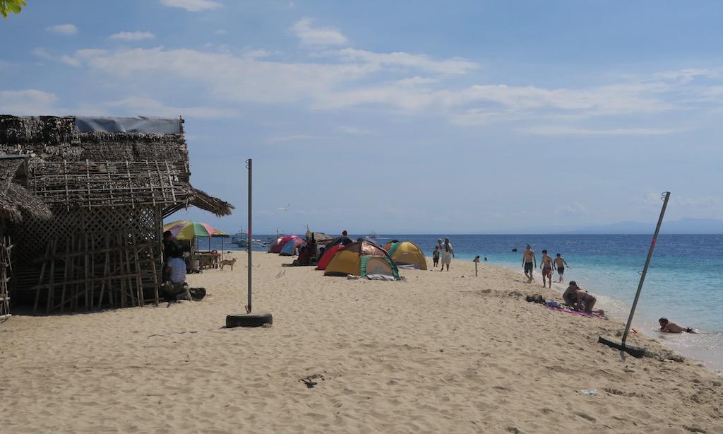 Bunte Zeltkolonie am White Beach in Moalboal