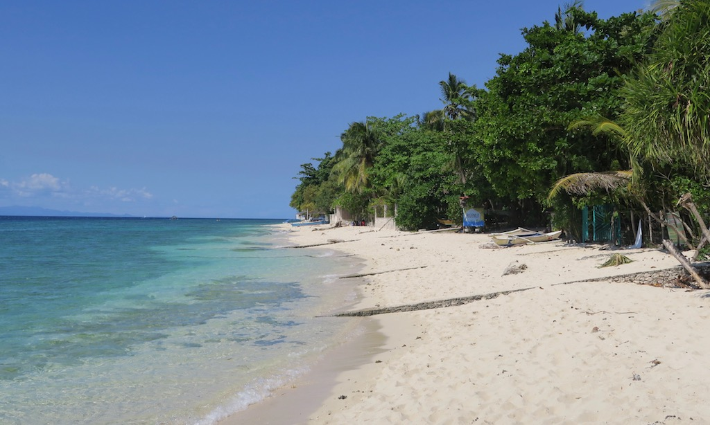 Ruhiger Traumstrand bei blauem Himmerl - Moalboal White Beach
