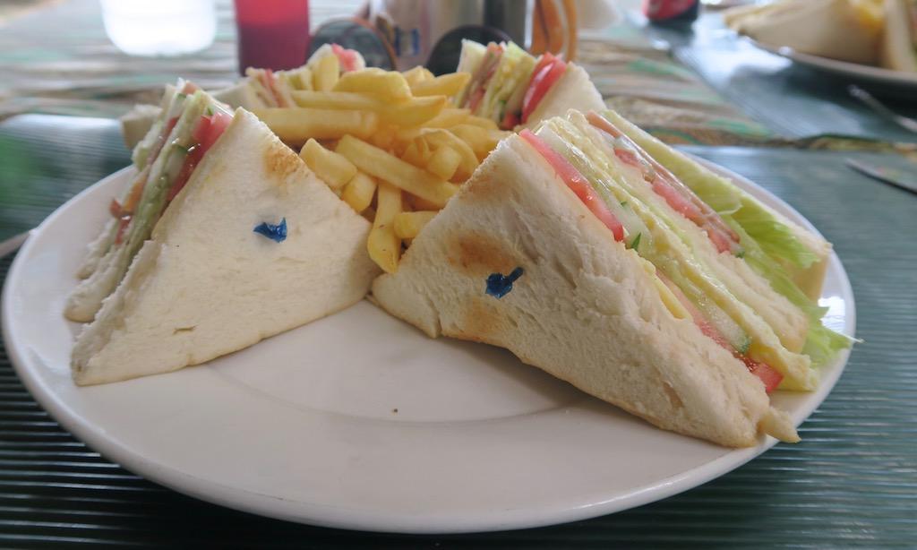 Club Sandwiches und Fries vom Ravanela Beach Resort am White Beach Moalboal