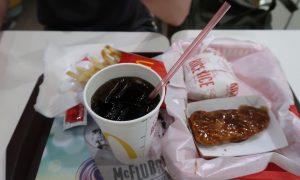 Philippinisches Mc Donald Menu, Cola, mariniertes Hähnchen und Reis