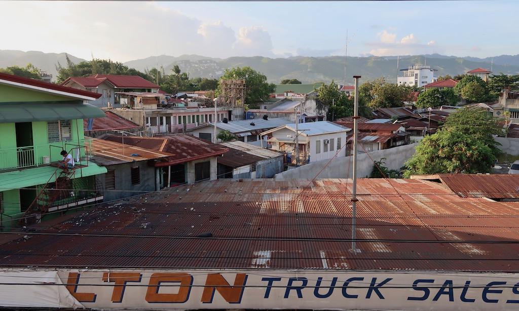 Blick über die Dächer von Cebu City in die Berge