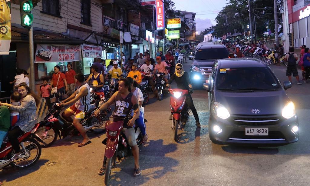 Motorbike abends in Seitenstraße in Carcar City