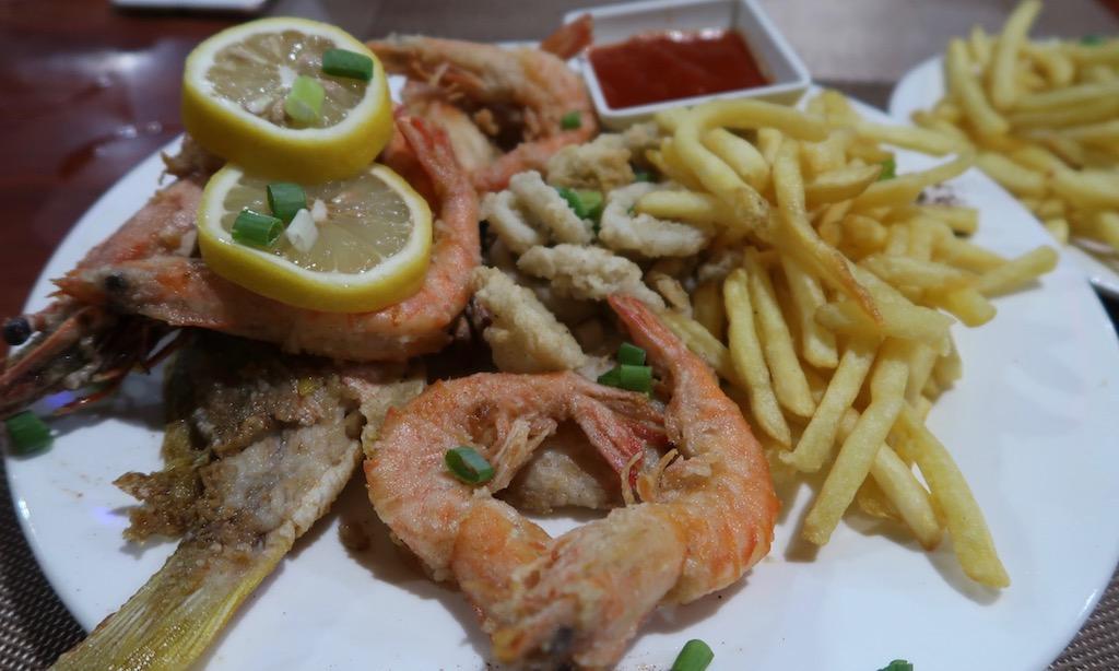 Seafood Platte mit Pommes in der Pleasure Principle Resto Bar